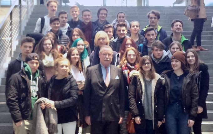 Regensburger Schüler besuchen Graf Lerchenfeld im Bundestag